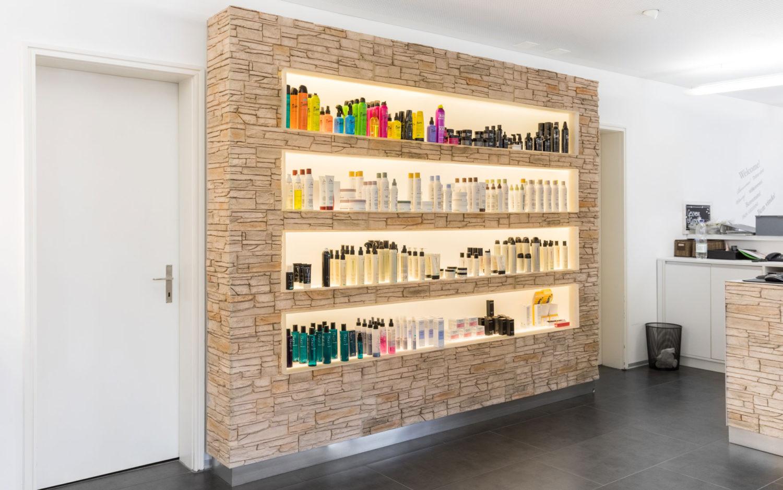 Coiffeur Studio Wand mit diversen Kosmetik Artikel