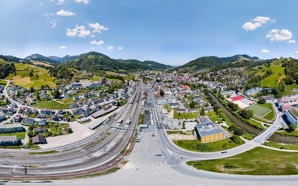 360° Panorama Luftaufnahme über Wattwil im Toggenburg